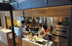 中佐夫妻と弟の俊介君。一番右にあるのがパン焼き専用のオーブン、手前が調理用カウンター。左に食器を下げるカウンターと洗うためのシンク。
