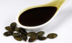 Este aceite se ha convertido en un remedio natural muy interesante y un gran aliado de todos en especial de los hombres por las cualidades medicinales, curativas y protectoras que nos aporta, en especial a la próstata. Es un aceite vegetal que se extrae de la semilla de la calabaza, rico en proteínas, en Omega