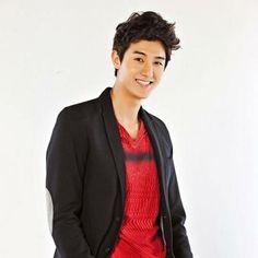 Actor Lee Ki Woo gives SISTAR's Bora a back-hug on Strong Heart