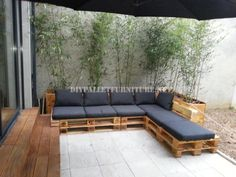 2 outdoor sofas built with pallets and the same system 1 Pallet Walls, Pallet Furniture, Outdoor Furniture, Pallet Seating, Pallet Patio, Outdoor Rooms, Outdoor Living, Outdoor Decor, Coin Palette
