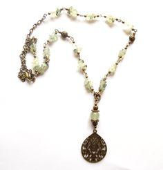 Halsband i brons med ljusgrön prehnit. Hängets storlek: 7cm Längd: 60cm