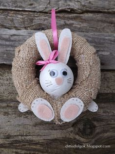 A ideia vem de Kifli e Lavender. Sheep Crafts, Diy Ostern, Kindergarten Crafts, Christmas Sewing, Easter Crafts For Kids, Easter Wreaths, Craft Items, Easter Bunny, Crafts To Make