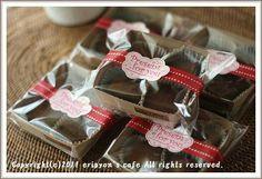 ラッピング  カットしてココアをまぶした 生チョコをベーキングトレーに並べ OPP袋に入れます。 マスキングテープとシールを貼って デコレーシション♪