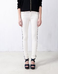 :ECRU SKINNY LEGS WITH SIDE EMBROIDERY DETAIL