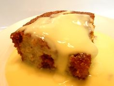 Malva pudding Malva pudding is a sweet pudding of Cape Dutch origin. It contains apricot jam and has a spongy caramelized texture. A cream sauce is often poured over it while it is hot, and it is usually served hot with custard and/or ice-cream. Malva Pudding, Pudding Cake, No Bake Desserts, Delicious Desserts, Dessert Recipes, Hot Desserts, Baking Desserts, Cake Recipes, Custard Recipes