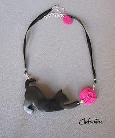 Un collier original et amusant: chat noir et pelote rose en pâte polymère