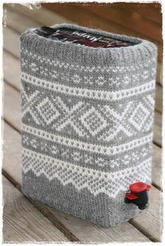 Her bor jeg: Oppskriften på Mariusgenser til vinkartongen Knitting Patterns, Crochet Patterns, Knit Crochet, Diy And Crafts, Knits, Loom Knit, Threading, Knit Patterns, Crochet Pattern