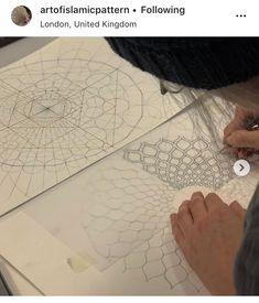 Radiant Shamsah pattern that adorns the Lotfallah dome analysed by during the 2017 study trip to Isfahan. Islamic Art Pattern, Arabic Pattern, Geometry Pattern, Geometry Art, Pattern Drawing, Pattern Art, Arabesque, Mandala Design, Mandala Art