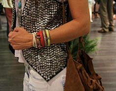 Mytenida con nuestras pulseras de cuero de distintos colores.