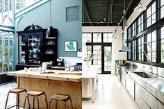 Industriële look van een keuken - 6 ingredienten, veel inspiratie, tips en advies - Twee voorbeeld van het gebruik van staal in een keuken. Links zie je staal als onderdeel van het huis zelf. Rechts een rvs keukenblad.