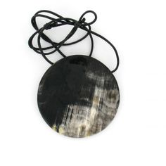 In der Schmuckkollektion von Cruselita verbinden sich traditionelle Handwerkskunst mit modernem Design. Der runde Kettenanhänger aus Horn hat einen leichten glanz und wirkt schlicht und sehr elegant. Jewellery, Elegant, Traditional, Sparkle, Contemporary Design, Circuit, Upcycled Crafts, Schmuck, Classy