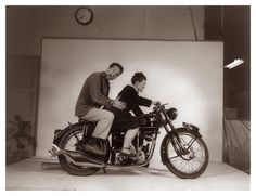 Ray Eames con su mujer en su estudio
