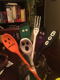 Painted Halloween Wooden Spoons – Keep up with the times. Halloween Wood Crafts, Halloween Home Decor, Halloween Signs, Holidays Halloween, Fall Halloween, Holiday Crafts, Halloween Decorations, Fall Crafts, Wooden Spoon Crafts