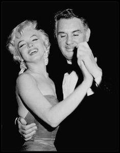 """1954 / Photos Sam SHAW... Pour fêter la fin du tournage de « The seven year itch », Charles FELDMAN organise une réception au restaurant """"Romanoff's"""" à Beverly Hills en l'honneur de Marilyn. Elle est accompagnée du photographe Sam SHAW, qui fait la plupart des photos. Entre autres des 80 invités de marque, il y a Billy WILDER, Humphrey BOGART, Lauren BACALL, Claudette COLBERT, William HOLDEN, James STEWART, Doris DAY, Susan HAYWARD, Gary COOPER, Loretta YOUNG, George BURNS, Clifton WEBB…"""