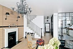 Современная квартира Residence Gorski от интерьерной студии FJ Interior Design в Варшаве, Польша. Интерьер этого необычного пространства построен на использовании черно-белой палитры в отделке почти всех помещений квартиры. Изюминкой проекта стала заключенная в стеклянный куб кухня