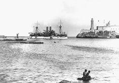 """fotografía histórica: el acorazado norteamericano """"Maine"""" en el momento de entrar en el puerto de La Habana en """"visita de cortesía"""". Días después el buque explotaba, muriendo la mitad de su tripulación; el Gobierno norteamericano culpó a los españoles de causar el hundimiento con un torpedo desde tierra, declarando la guerra."""