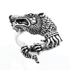Inel din argint din argint realizat manual Lupul Dacic - simbol al inteligenței, dreptății și nesupunerii. Există în stoc măsuri de la 52, 53, 54, 55. Cod produs: CI4161 Greutate: 5.35 gr. Lungime: 2.50 cm Lățime: 2.00 cm Circumferință inel: 52 mm
