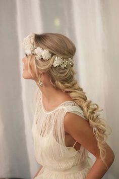 Penteado de noiva com trança e flores