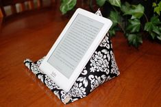 This e-reader holder could also be useful to display books at craft sales. Sewing Basics, Sewing For Beginners, Sewing Hacks, Sewing Tutorials, Sewing Crafts, Sewing Patterns, Diy Ipad Stand, Diy Phone Stand, Tablet Stand