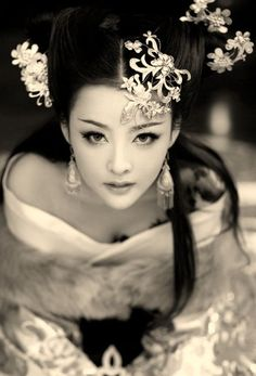 Asian Beauty ♥ ~~ For more:  - ✯ http://www.pinterest.com/PinFantasy/moda-~-elegancia-oriental-oriental-elegance/