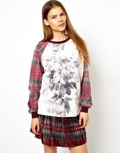 Sweatshirt von House of Hackney for ASOS Collection aus atmungsaktivem Sweatshirt-Material Rundhalsausschnitt kontrastierende Raglanärmel charakteristisches Rosenmuster normale Passform