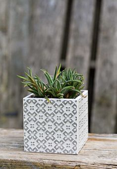 Make Beautiful Moroccan Planters In Under 10 Minutes - Pillar Box Blue Use left over tiles or samples to make a gorgeous grey Boho Moroccan Style planter in under 5 minut Tile Over Tile, Tile Art, Diy Tuiles, Ceramic Tile Crafts, Ceramic Pottery, Ceramic Art, Leftover Tile, Tile Projects, Window Boxes