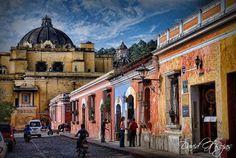 Templo de la Merced visto desde la Calle del Arco, Antigua Guatemala - Picture from David Gt Rojas.