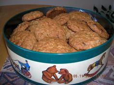 Amish Oatmeal Cookies - cookies are one of Southern Lady's favorites. This is an Amish recipe from a cookbook that is at least 30 years old Holiday Cookie Recipes, Cookie Desserts, Cupcake Cookies, Holiday Cookies, Just Desserts, Delicious Desserts, Dessert Recipes, Yummy Food, Cupcakes
