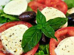 Salada Caprese super simples e saborosa! Perfeita para acompanhar seu cardápio! #comida #food #receitas #recipe #cybercook #cook #2015 #summer #salad #salada