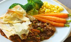 A hearty, warming and nutritious dish with a crunchy filo topping. Diabetic Recipes, New Recipes, Healthy Recipes, Healthy Meals, Onion Pie, Onion Salad, Filo Pastry Pie, Filo Recipe, Minced Beef Recipes