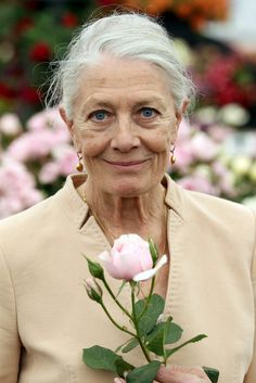 Vanessa Redgrave in Chelsea Flower Show - London, England. Vanessa Redgrave - voice of older Jennifer Worth at close of episodes. Vanessa Redgrave, Beautiful Old Woman, Beautiful People, Glamour, Style Funky, Maria Callas, Tilda Swinton, Actrices Hollywood, Advanced Style