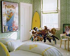 """<p>O poster do Peter Pan da Disney é um pormenor delicioso, no quarto do segundo filho, em tons de verde e amarelo, com um papel de parede, em tecido Quadrille.</p> <p>Ao fundo, não vemos uma série de peluches empilhados, é sim, um cadeirão feito de peluches!</p> <p>A reportagem completa, na<a href=""""http://www.elledecor.com/celebrity-style/at-home-stylesetter-aerin-lauder-57996#slide-1"""" target=""""_blank"""">Elle Decor.</a></p>"""