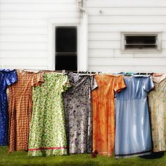 i feel pretty Original pinner wrote :Grandma's church dresses out to dry~ My Aunt Mary hand made all her own very modest dresses, These remind me of the ones she used to wear. Church Dresses, Modest Dresses, What A Nice Day, Granny Chic, Look Vintage, Vintage Hats, Country Girls, Country Life, Country Living