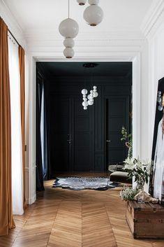 Que cela soit dans un appartement ou une maison, qu'il soit large ou étroit, sombre ou lumineux, le couloir est toujours présent dans nos intérieurs. Loin d'être une perte d'espace, ce n'est pas toujours évident de trouver la bonne solution d'aménagement. Voici 10 idées pour décorer et aménager facilement votre couloir. Imaginez un décor théâtral Si vous disposez d'un couloir avec de belles proportions, animez-le en imaginant un décor théâtral, avec de belles