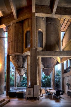 Vestigios de la antigua fábrica, las dos tolvas originales se convierten en gigantescas esculturas que nos recuerdan el pasado.