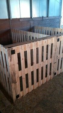 Idea for pallet pens ~ great as holding pens for mamas and babies, injured small. Idea for pallet pens ~ great as holding pens for mamas and babies, injured small livestock or any that need to be is Sheep Pen, Pet Sheep, Tier Zoo, Goat Shelter, Sheep Shelter, Shelter Dogs, Goat Pen, Goat House, Raising Goats