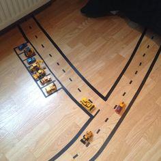 Något som uppskattas av många barn är när man ritar ut t.ex. en bilbana , stad eller hopphage direkt på golvet. Det blir tydligt och man sli...