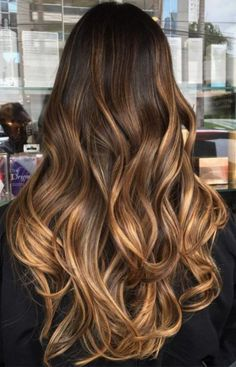 Caramel balayage: the color to try for chaste hair .- Balayage caramello: il colore da provare per i capelli castani (che piace anche … Caramel Balayage: the color to try for brown hair (which stars like too) – Atelier Balayage … - Ombre Hair Color, Cool Hair Color, Brown Hair Colors, Hair Colour, Hair Color For Tan Skin, Hair Color For Morena, Light Brown Hair, Brown Blonde Hair, Brunette Hair