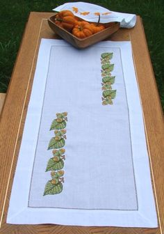Advanced Embroidery Designs. Table Runner, Placemats and Napkins with Fall-Themed Embroidery.