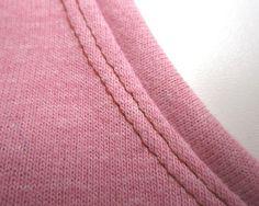 Jersey und Stretch mit der Nähmaschine verarbeiten Sewing Basics, Sewing Hacks, Sewing Tutorials, Sewing Projects, Sewing Clothes, Diy Clothes, Serger Sewing, Textiles, Pattern Drafting