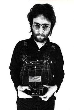 Annie LEIBOVITZ :: John Lennon with a Kodak Instamatic, NY, 1970