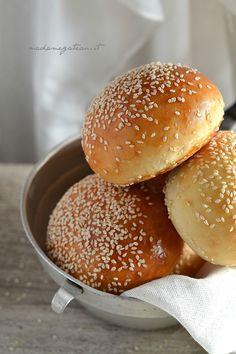 Tipici panini morbidi da fast foodultra soffici, con tanti semi di sesamo,da farcire , avete già capito di cosa si tratta vero? Ecco la mia versione dei Burger Buns, dolci al punto giusto e molto soffici.