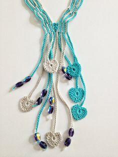 Colar em crochet com missangas e corações em turquesa