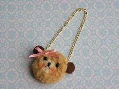 Ce petit porte-monnaie animal doux est idéal pour votre Blythe, BJD ou toute autre poupée de taille similaire!  Ce petit sac à main dispose d'un doux visage avec l'expression mignon. Il est réalisé en fausse fourrure et est doublé avec de la feutrine. Il a juste assez de place pour votre fille à fourre-tout autour d'une petite quantité de goodies. C est assez d'or chaine a une jolie goutte donc la bourse tombé. Ce sac à main est un accessoire mignon et un merveilleux ajout à toute…