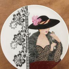 Dit grote bord lag al een tijdje op mijn aandacht te wachten maar nu is het dan eindelijk af!  #servies#handbeschilderd#cadeau#porselein#porseleinschilderen#persoonlijk#uniek#bord#kadootje#handmade#handpainted#porcelainpainting#lady#origineel#opjebordje.nl