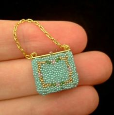 Wasting Gold Paper: A Beaded Handbag Ready for Spring! (not paper but I'm gathering all the DIY mini-bags together) Beaded Boxes, Beaded Purses, Beaded Jewelry, Miniature Crafts, Miniature Dolls, Accessoires Mini, Minis, Gold Paper, Barbie Accessories