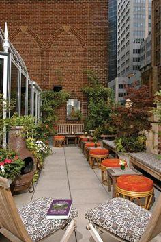 terrassengestaltungsideen viel grüne komfortable sitzecke