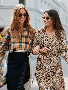 Diese 8 Trends sind für Promi-Stylisten tot Die neuesten Modetrends laut Styl… These 8 trends are dead for celebrity stylists. The latest fashion trends according to stylists Who put on what Instagram Mode, Instagram Fashion, Camisa Burberry, Burberry Plaid, Women's Dresses, Dresses Online, Motifs Animal, Online Shopping, Current Fashion Trends