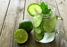 O que acontece quando você toma água com limão em jejum