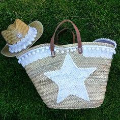 Conjunto Capazo y sombrero blonda blanca #capazo #annacivislimitededition Beach Basket, Ethnic Bag, Summer Bags, Wicker Baskets, Craft Accessories, Boho Bags, Boho Diy, Knitted Bags, Handmade Bags